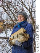 Купить «Пожилая женщина с охапкой дров. Зима», фото № 32919385, снято 11 января 2020 г. (c) Александр Романов / Фотобанк Лори