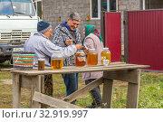 Купить «Sale of honey in the apiary. Fresh bee honey in glass jars stands on the counter. Tasting.», фото № 32919997, снято 20 сентября 2019 г. (c) Акиньшин Владимир / Фотобанк Лори