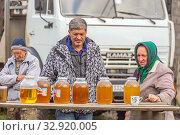 Купить «Russia, Bashkortostan, September 2019: Sale of honey in the apiary. Fresh bee honey in glass jars stands on the counter.», фото № 32920005, снято 20 сентября 2019 г. (c) Акиньшин Владимир / Фотобанк Лори