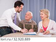 Couple signing agreement. Стоковое фото, фотограф Яков Филимонов / Фотобанк Лори