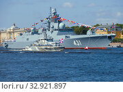 "ST. PETERSBURG, RUSSIA - JULY 25, 2019: Anti-sabotage boat ""Unarmeets of the Arctic"" against the backdrop of the frigate ""Admiral of the Fleet Kasatonov."" A fragment of the naval parade in honor of Navy Day. Редакционное фото, фотограф Виктор Карасев / Фотобанк Лори"