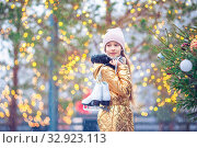 Cute little kid girl is going skate outdoors. Стоковое фото, фотограф Дмитрий Травников / Фотобанк Лори