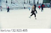 Купить «A young blonde woman professional figure skater performing tricks on ice rink», видеоролик № 32923405, снято 29 марта 2020 г. (c) Константин Шишкин / Фотобанк Лори