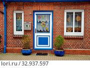 Купить «Haustür, tür, Friedrichstadt, nordfriesland, gasse, häuser, blumen, haus, gebäude, stadt, malerisch, pittoresk, fenster», фото № 32937597, снято 1 июня 2020 г. (c) easy Fotostock / Фотобанк Лори