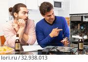 Купить «Men do not know how to repair a computer», фото № 32938013, снято 13 марта 2019 г. (c) Яков Филимонов / Фотобанк Лори