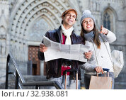 Man and woman with map and package looking attraction outdoors. Стоковое фото, фотограф Яков Филимонов / Фотобанк Лори