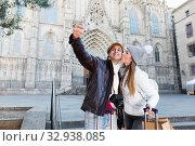 Купить «tourists taking selfie on mobile phone», фото № 32938085, снято 18 ноября 2017 г. (c) Яков Филимонов / Фотобанк Лори