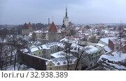 Купить «Вид на старый город в мартовский снегопад. Таллин, Эстония», видеоролик № 32938389, снято 8 марта 2018 г. (c) Виктор Карасев / Фотобанк Лори