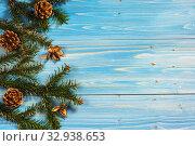 Купить «Зеленые ветви пихты и сосновые шишки  на краю синего деревянного стола», фото № 32938653, снято 8 января 2020 г. (c) Наталья Гармашева / Фотобанк Лори