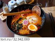 Купить «Traditional japanese noodle soup with shiitake mushroom, egg and greens served in ceramic bowl with wooden chopsticks», фото № 32942089, снято 17 февраля 2020 г. (c) Яков Филимонов / Фотобанк Лори