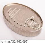 Купить «Closed silver tin can», фото № 32942097, снято 6 июля 2020 г. (c) Яков Филимонов / Фотобанк Лори