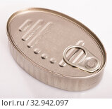 Купить «Closed silver tin can», фото № 32942097, снято 26 февраля 2020 г. (c) Яков Филимонов / Фотобанк Лори
