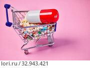 Купить «Medikamente online kaufen und bestellen mit großer Pille im Einkaufswagen als Konzept», фото № 32943421, снято 26 мая 2020 г. (c) age Fotostock / Фотобанк Лори