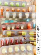 Ein Haufen bunter Medikamente in Blister Verpackung. Стоковое фото, фотограф Zoonar.com/Robert Kneschke / age Fotostock / Фотобанк Лори