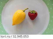 Erdbeere und Limette auf einem Teller - suess und sauer. Стоковое фото, фотограф Zoonar.com/Alfred Hofer / easy Fotostock / Фотобанк Лори