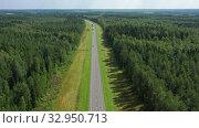 Aerial top view of country road in forest (2019 год). Редакционное видео, видеограф Михаил Коханчиков / Фотобанк Лори