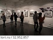 """Купить «Фотовыставка Гарри Бенсон """"THE BIATLES"""" в галерее братьев Люмьер», фото № 32952857, снято 19 января 2020 г. (c) Дмитрий Неумоин / Фотобанк Лори"""