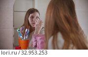 A young woman applying shadows on the eyes. Стоковое видео, видеограф Константин Шишкин / Фотобанк Лори