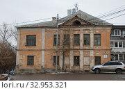 Купить «Двухэтажный кирпичный жилой дом, построен в 1900 году. Улица Карпова, 1. Город Калуга. Калужская область. Россия», эксклюзивное фото № 32953321, снято 19 марта 2011 г. (c) lana1501 / Фотобанк Лори