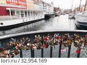 Copenhagen, Denmark. Love locks (2017 год). Редакционное фото, фотограф EugeneSergeev / Фотобанк Лори