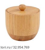 Деревянная бамбуковая солонка с крышкой, изолировано на белом фоне. Стоковое фото, фотограф Игорь Долгов / Фотобанк Лори