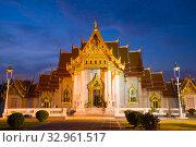 Фасад буддистского храма Wat Benchamabophit (Мраморный храм) вечером. Бангкок, Таиланд (2016 год). Стоковое фото, фотограф Виктор Карасев / Фотобанк Лори