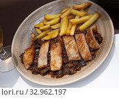 Spanish secreto iberico — iberian pork in sweet wine with stewed vegetables. Стоковое фото, фотограф Яков Филимонов / Фотобанк Лори