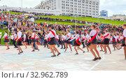Купить «Russia Samara May 2019: beautiful school graduates dance a waltz at the city open holiday the last call for parents of teachers and city residents.», фото № 32962789, снято 24 мая 2019 г. (c) Акиньшин Владимир / Фотобанк Лори