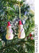 Купить «Два снеговика», фото № 32963277, снято 2 января 2020 г. (c) Наталья Гармашева / Фотобанк Лори