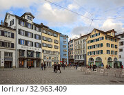 Muensterhof square in front of Fraumuenster church within Altstadt district, surrounded by medieval buildings. Lindenhof quarter, city of Zuerich, Switzerland. (2019 год). Редакционное фото, фотограф Bala-Kate / Фотобанк Лори