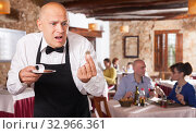 Waiter upset with little tips. Стоковое фото, фотограф Яков Филимонов / Фотобанк Лори