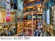 Интерьер крупнейшего торгового центра Палладиум на площади Республики, Прага, Чехия (2019 год). Редакционное фото, фотограф Ольга Коцюба / Фотобанк Лори