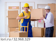 Professional movers doing home relocation. Стоковое фото, фотограф Elnur / Фотобанк Лори