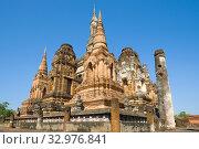 Руины чеди буддистского храма Ват Махатхат крупным планом солнечным днем. Сукхотай, Таиалнд (2018 год). Стоковое фото, фотограф Виктор Карасев / Фотобанк Лори