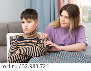 Mother and offended son arguing in domestic interior. Стоковое фото, фотограф Яков Филимонов / Фотобанк Лори