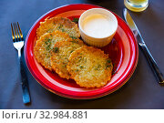 Potato pancakes with sour cream. Belorussian cuisine. Стоковое фото, фотограф Яков Филимонов / Фотобанк Лори