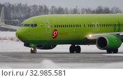 Купить «Boeing 737 taxiing before departure», видеоролик № 32985581, снято 22 января 2017 г. (c) Игорь Жоров / Фотобанк Лори