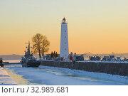 Купить «Вид на старый деревянный маяк мартовским вечером. Кронштадт, Россия», фото № 32989681, снято 5 марта 2018 г. (c) Виктор Карасев / Фотобанк Лори