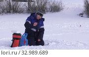 Купить «Рыбачка на льду. Соревнования по рыбалке с мормышкой со льда. Fisherwoman on the ice. Competitions in fishing with jig from ice.», видеоролик № 32989689, снято 26 января 2020 г. (c) Евгений Романов / Фотобанк Лори