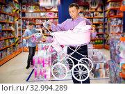 Купить «Caring father choosing pink baby doll stroller for gift to his daughter in children toy store», фото № 32994289, снято 5 августа 2020 г. (c) Яков Филимонов / Фотобанк Лори