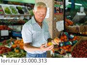 Man choosing fruits in market. Стоковое фото, фотограф Яков Филимонов / Фотобанк Лори