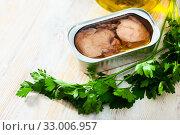 Купить «Smoked cod liver in oil with parsley», фото № 33006957, снято 23 февраля 2020 г. (c) Яков Филимонов / Фотобанк Лори