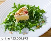 Купить «Camembert with roasted pine nuts on arugula», фото № 33006973, снято 16 июля 2020 г. (c) Яков Филимонов / Фотобанк Лори