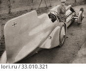 Sir Malcolm Campbell, seen here with his car The Campbell-Railton Blue Bird, after breaking his own previous land speed record with a speed of 272. 108... Редакционное фото, фотограф Classic Vision / age Fotostock / Фотобанк Лори