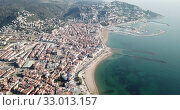 Купить «Aerial view of Mediterranean coastal town of Roses in Catalonia, Spain», видеоролик № 33013157, снято 10 февраля 2019 г. (c) Яков Филимонов / Фотобанк Лори