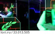 Купить «Men and women in business suits playing laser tag emotionally in dark room», видеоролик № 33013505, снято 25 мая 2020 г. (c) Яков Филимонов / Фотобанк Лори