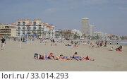 Купить «Panoramic view of Peniscola seafront and sand beach with sunbathing people», видеоролик № 33014293, снято 16 апреля 2019 г. (c) Яков Филимонов / Фотобанк Лори