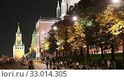 Купить «Moscow Kremlin and tourists, Russia (at night).», видеоролик № 33014305, снято 31 января 2020 г. (c) Владимир Журавлев / Фотобанк Лори