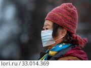 Купить «Женщина в медицинской маске на Красной площади в городе Москве во время эпидемии коронавируса в Китае», фото № 33014369, снято 31 января 2020 г. (c) Николай Винокуров / Фотобанк Лори