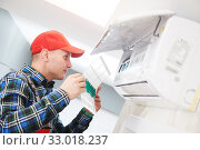 Air conditioner service. Check and replace the filter for cleaning. Стоковое фото, фотограф Дмитрий Калиновский / Фотобанк Лори